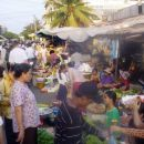 T.i. Ruska tržnica v Phnom Penhu. Denar tu kupi vse.