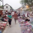Nočna tržnica, Luang Prabang. Ulica je do polnoči, ko se začne policijska ura, popolnoma s