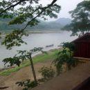Nabrežje Mekonga v Luang Prabangu. Voda je po deževni sezoni višja tudi do 3, 4 metre.