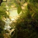 Parku in slapu je ime Kuang Si. Pravzaprav gre za sklop slapov, brzic in malih jezerc.