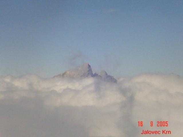 Oblaki zakrivajo Jalovec in Krn v ozadju.