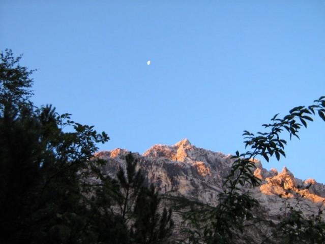 Luna nad vrhom Rjavine.
