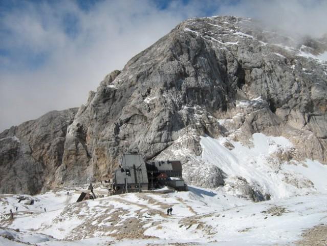 Dom na Kredarici in Mali Triglav v ozadju.