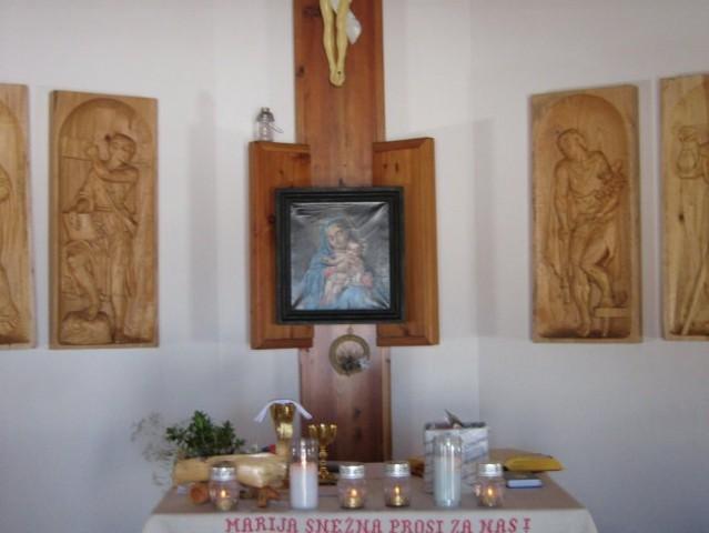 Oltar Marije snežne na Kredarici, za sliko je najsvetejše.