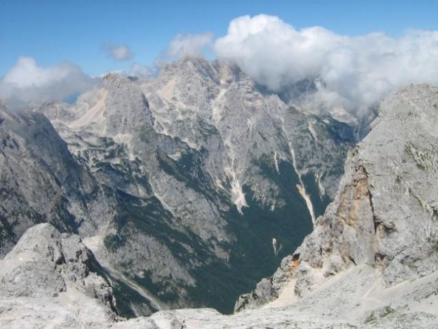 Vrh Škrlatice v oblakih in zatrep doline Vrata še v soncu.