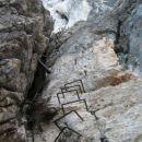 Kopiščarjeva pot vodi po severni steni Prisojnika skozi prednje okno. Veliko je navpičnic,