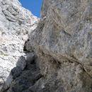 Slovensko smer na Prisojnik objemajo velike skalne gmote, ki vzbujajo spoštovanje.