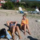 Mirjam in Anica sta se začeli nastavljati toplim sončnim žarkom.