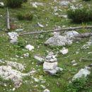 Možici, ki označujejo smer iz označene poti na neoznačeno stezo proti Mišelj vrhu.