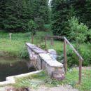 Tu vodi SPP naprej proti Lovrenškemu barju, kjer so znamenita Lovrenška jezera.