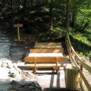 Na novo postavljene klopi ob poti proti slapu Savica.
