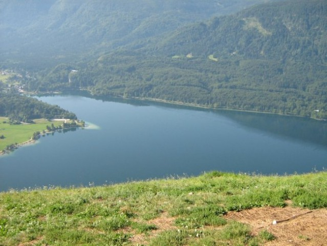 Bohinjsko jezero z vzletišča zmajarjev.