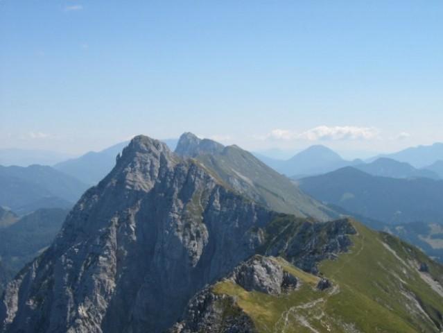 Košuta, 10 kilometrski greben, ki se konča z Košutnikovim turnom, nad Jezerskim.