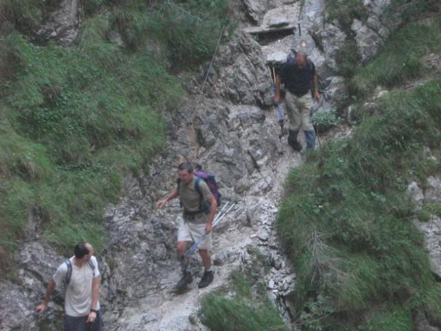 Tudi k zgornjemu slapu je prišlo veliko planincev.