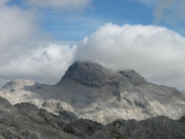 Vrh Triglava zavit v meglo.