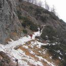 Več kamenja kot snega naletelo na pot