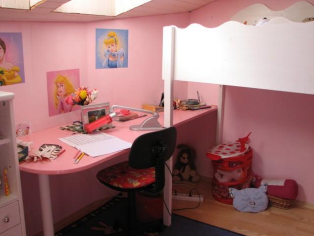 Soba naše 8 letnice, posteljo in mizo sva naredila z možem