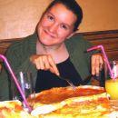 Ne glede na velikost skupne pice je Patricija imela svojo. Požeruh!
