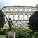 Puljska arena s spomenikom