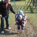 Sem na igrišču srečal Blaža, Klaro in njunega dedka.