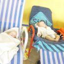 otročka sta utrujena od plavanja in sta zaspala