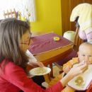 z mamico jeva v novem stolčku