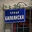 pristop do stene poteka po balkanski ulici...