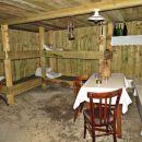 kaverna kjer so bili varni pred zunanjim treskanjem