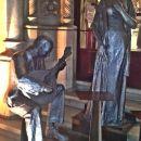 kip posvečen, čemu drugemu kot, fadu