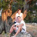 Jaz in Špela na dopustu na Pagu. slika je iz izleta v Lun, kjer rastejo tisočletne oljke.