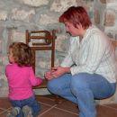 Utrinek iz izleta na primorsko. Mama uči hčerko o ljudski dediščini. Hčero pa očitno to ne