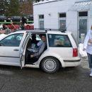 Urošev velik avto je še premajhen, da v njem udobno lahko sedeli bi vsi. (iz vožnje v Loga