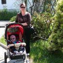 Z mamico greva na sprehod z novim vozičkom...