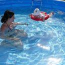 V bazenu z mamico