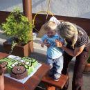 Mami in Timon pihata svečko