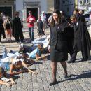 bruci in njihovi krvniki(ce) na glavnem trgu v Evori