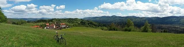 Pogled na zaselek Ravnik ter okolico