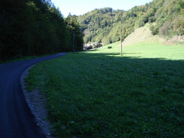 Takole izgleda trasa ko se vzpenjamo rahlo po asfaltu..