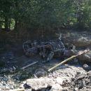 Zmaličen avto v strugi v Davči