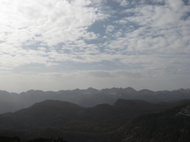 Venec Bohinjskih gora na obzorju