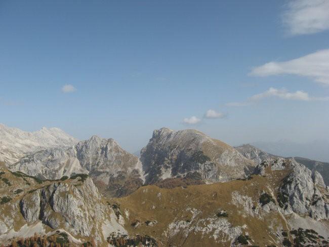 Greben in vrh Jezerskega stoga, obilni Tosc, levo od njega pa Veliki Draški vrh