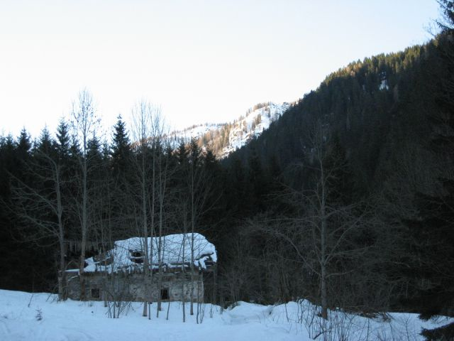 Ob poti v senčnem Višarskem grabnu - le kdo je tule postavil hišo?!