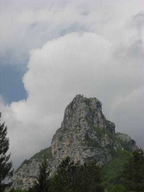 Pogled iz Mosteca na markantno Loško steno
