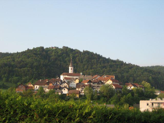 Pogled na credišče Višnje gore na drugi strani avtoceste
