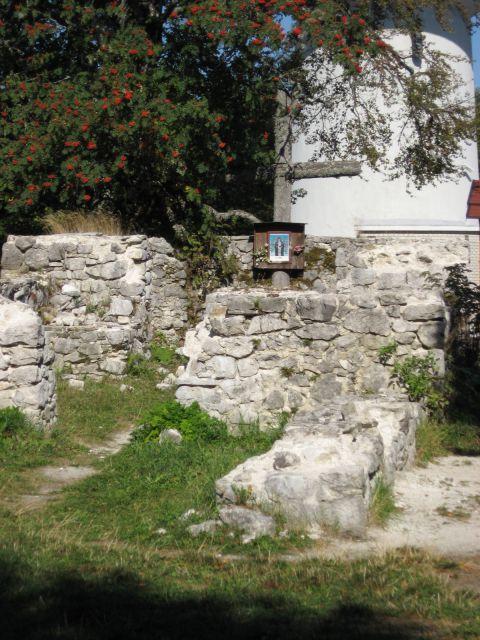 Tik pod vrhom so ruševine cerkve Svete Jere (sv. gera)...