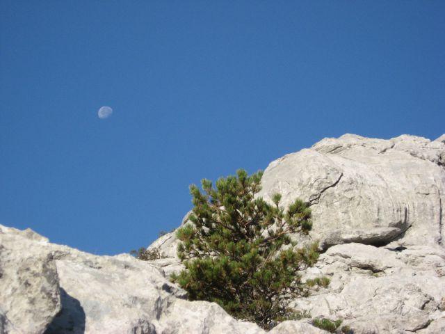 Modro nebo, bele skale, vročina pripeka...