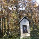 kapelica na razpotju, kjer se pridruži steza iz podkuma
