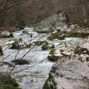v zgornjem toku je v vodi čedalje več skal, balvanov
