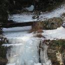 potok in slap sta zamrznjena