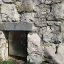 lepo okrašen vhod v kamnito klet
